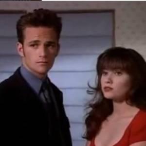 """Brenda et Dylan dans """"Beverly Hills"""" (l'original !)Un couple fusionnel et passionné emblématique pour toute une génération. Entre disputes et triangle amoureux, la vie n'était pas toujours rose pour les deux tourtereaux de 90210. Malheureusement pour eux, dans 90210 l'actuel, c'est Kelly qui a un enfant avec le beau rebelle. Anecdote : les deux acteurs seraient sortis ensembles quelques mois..."""