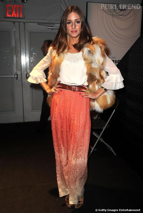 Olivia mêle la mode estivale, jupe longue, couleur orangé avec la mode hivernale, fourrure et bottines léopards.