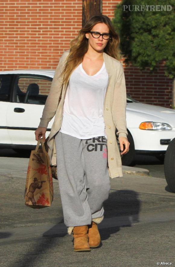 Hilary Duff a beau avoir 23 ans, elle en fait nettement plus avec une tenue qui tient plus du pyjama que de la perle stylistique. C'est ça aussi, le mariage.