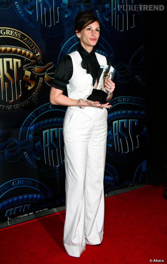 Julia Roberts opère un changement radical en passant du noir au blanc, avec une allure 70's. Bémol pour le pantalon froissé et l'allure vieillotte... On regrette le noir, du coup.