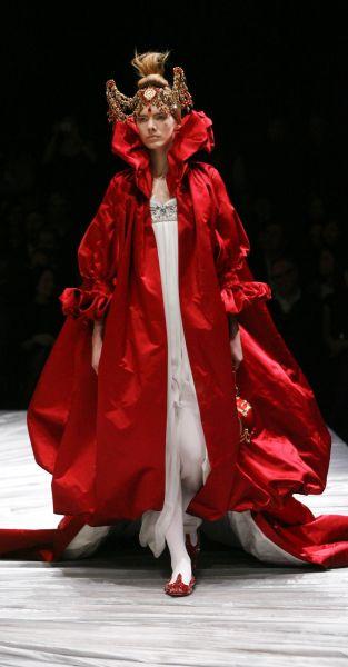 Lady gaga vs podium la robe alexander mcqueen for Alexander mcqueen robe de mariage
