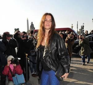Escarpins à bouts pointus, pochette Balenciaga, l'actrice est belle, fun et casual.