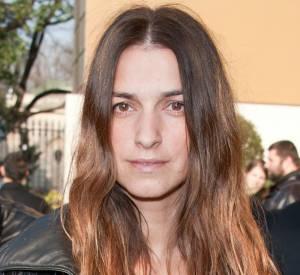 Allure très parisienne pour Joanna Preiss, qui décoiffe sa crinière et parie sur le (presque) no make-up.