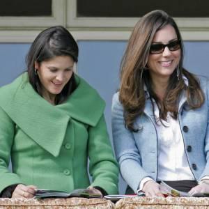 Les sorties officielles : Kate choisit d'être simple pour ses sortie officielles. Ici, elle porte une petite veste bleue layette avec une chemise blanche : parfaite.