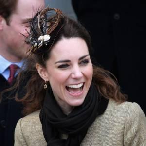 Le rire : bien qu'il s'agisse d'un geste du quotidien, le rire est aussi un signe de distinction dans la famille royale. Kate ici est lumineuse et parvient à rester élégante.