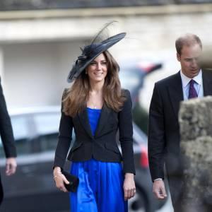 """Le look officiel bleu : en bleu électrique, Kate brille de mille feux. Toujours discrète, elle ferme sa veste costard et opte pour un chapeau """"Prix de Longchamp""""."""