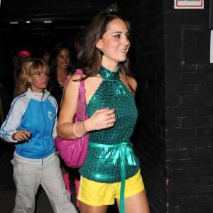 """Le """"dossier"""" mode : Miss Middleton est méconnaissable en haut à sequins verts, short jaune, bottes noires et chaussettes roses. Pas top."""