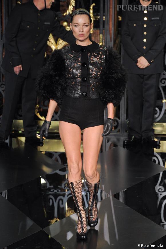 Kate Moss défile pour Louis Vuitton, à Paris.