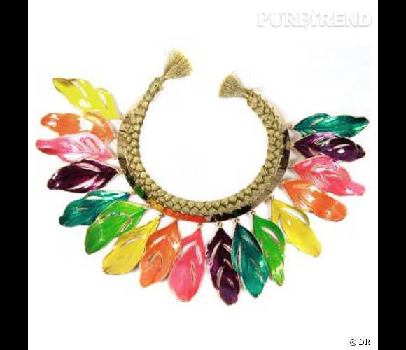 Collier plumes, Aurélie Bidermann  Collier en plumes de cygnes trempées dans de l'or 18 carats, peintes d'émail à la main, cercle en métal doré et fils de soie tressés. En vente en exclusivité chez colette Prix : 3700 €.