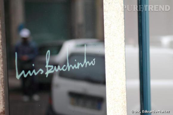 LUIS BUCHINHO, la boutique    Un dallage un peu galerie d'art contemporain, une armature en bois très ancienne en guise de plafond, et une très jolie verrière au fond de l'atelier qui jouxte en longueur la boutique. Pour finir, une halte dans le jardin au fond de celle-ci. Luís Buchinho vend, travaille et conçoit ici quand il ne donne pas des cours, une fois par semaine, à son école de mode d'origine, la Citex. On trouve dans sa boutique ses collections femme, de l'homme désormais et une collection de chaussures qui plaira à toute consommatrice ayant envie d'une signature créateur.