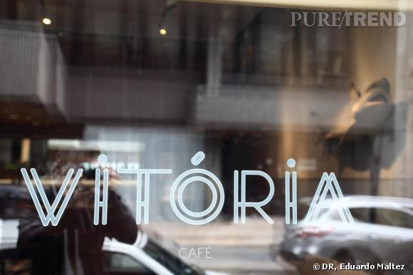 VITÓRIA CAFE    Rue José Falcao, collé à la boutique de Luis, le Café Vitória reçoit la jeunesse branchée de Porto, un univers en soi avec café, restaurant et petite salle pour écouter de la musique. La  cuisine est assez gourmande, piquée de références portugaises. Dans un immeuble années 30 de faïences vertes et blanches, le café Vitória est l'endroit préféré de Luís.