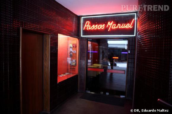 PASSOS MANUEL    Ce complexe de salles, planqué à droite de l'un des cinémas à l'architecture un peu 50/60 de Porto, non loin du café Majestic, le Flore de la ville, a su se reconvertir sans que le décalage des années travestisse maladroitement l'endroit. Le Passos Manuel, c'est l'endroit hype de Porto où les jeunes sortent pour danser sur de l'électro aguerrie, s'asseoir sur les sièges un peu surannés de la salle de cinéma et regarder  Lili Marleen  durant la rétrospective Fassbinder. Soit dit en passant, un centre culturel de l'underground  de la ville en plein coeur de Porto. Passos Manuel a su remixer les années et donner un ton contemporain aux nouvelles moeurs de la jeunesse portugaise. Incontournable.