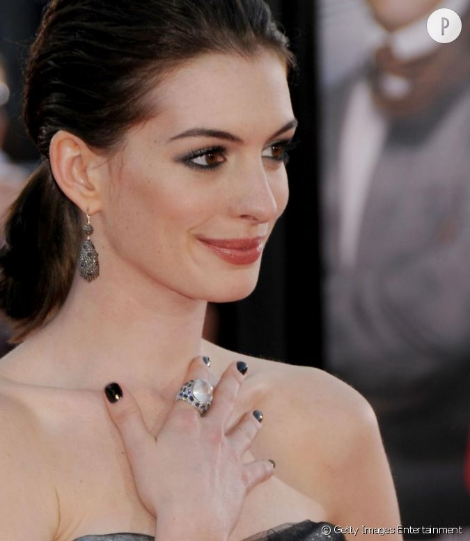 anne hathaway pr f re un laqu noir qui contraste divinement avec sa peau blanche. Black Bedroom Furniture Sets. Home Design Ideas