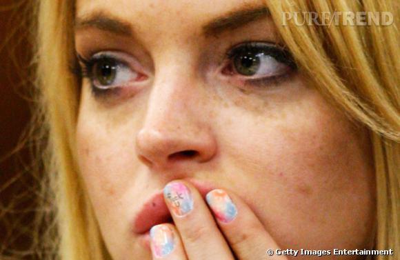 Manucure arc-en-ciel et message personnel pour Lindsay Lohan.