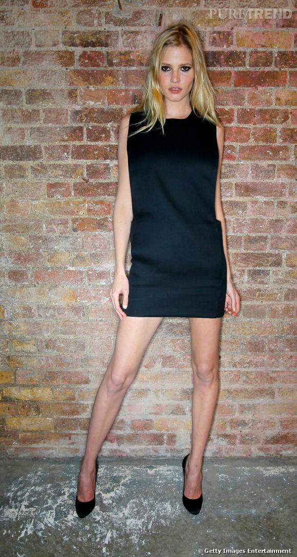 Lara Stone porte une robe Calvin Klein printemps-été 2011.
