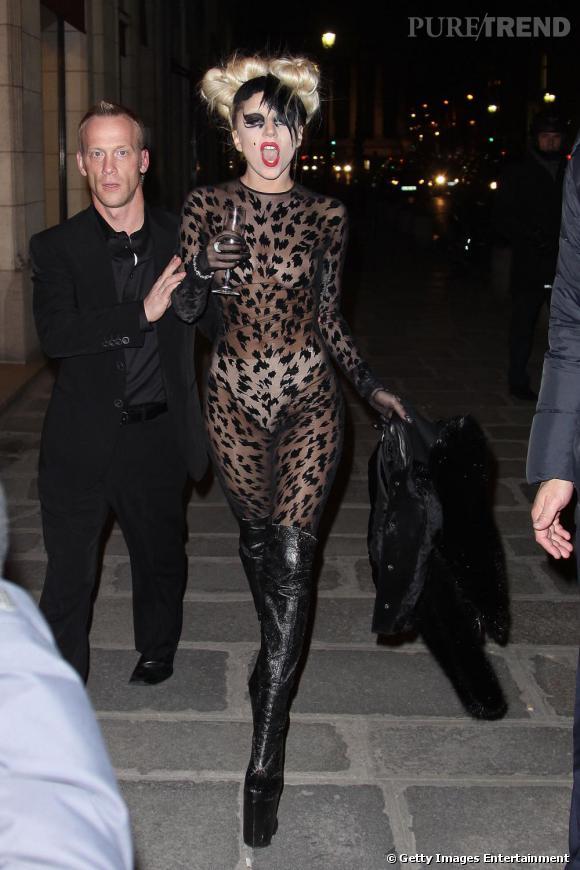 Pour Lady Gaga, l'excentricité passe aussi par la coiffure et opte pour un bicolore brun/blond.