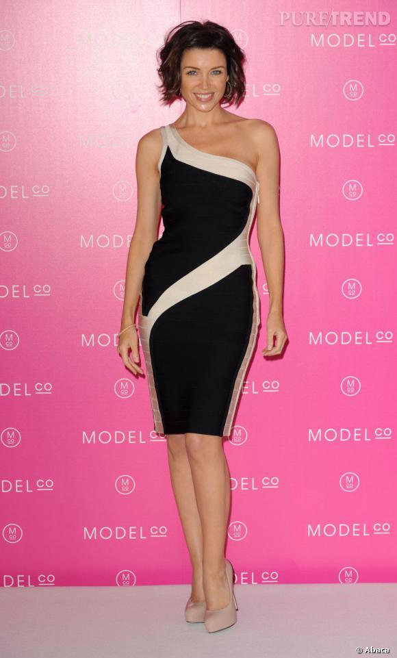 Robe asymétrique noire et blanche, Dannii Minogue mise sur de légers effets d'optiques pour flatter sa taille fine et étoffer sa poitrine.