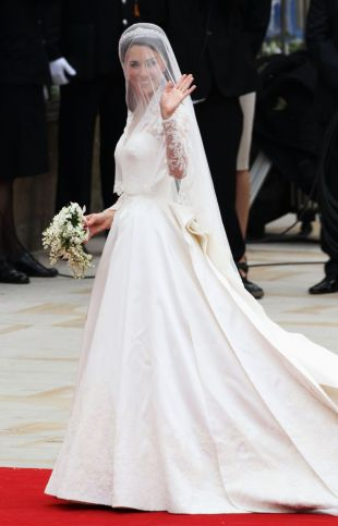 http://static1.puretrend.com/articles/9/51/99/9/@/519401-kate-middleton-en-robe-de-mariee-310x483-2.jpg