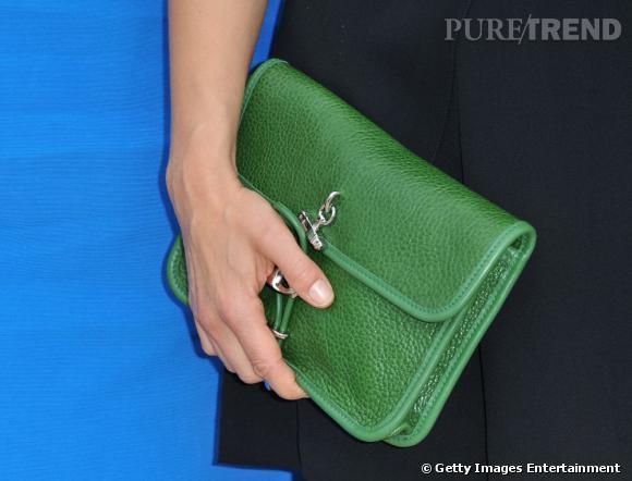 C'est avec goût qu'elle illumine sa tenue d'une pochette verte.