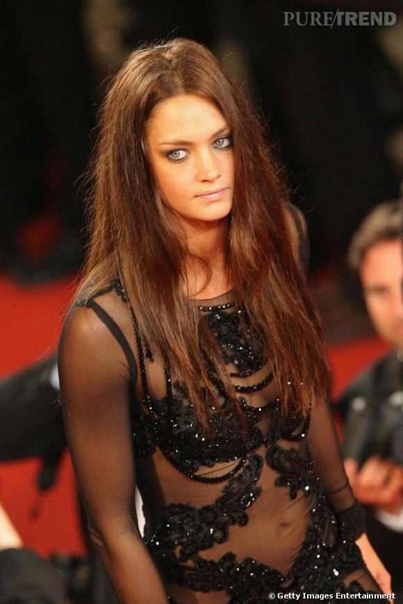 Cannes : les plus belles coiffures du samedi 14 mai    Sublime Candice Boucher. L'actice laisse sa longue chevelure lâchée, la raie au milieu.