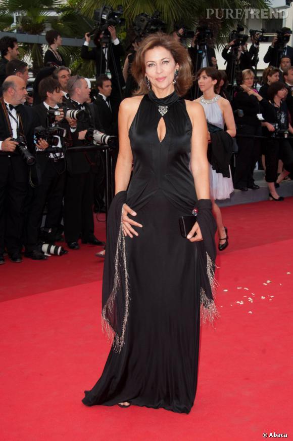 Corinne Touzet mise sur l'élégance d'une robe noire.