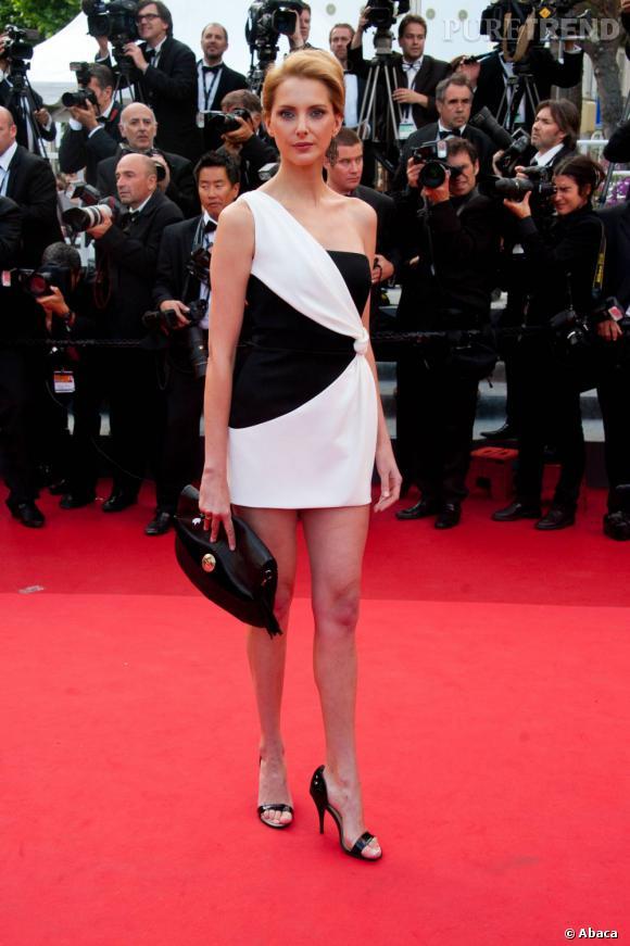 Frédérique Bel opte pour une apparition futuriste en black&white.