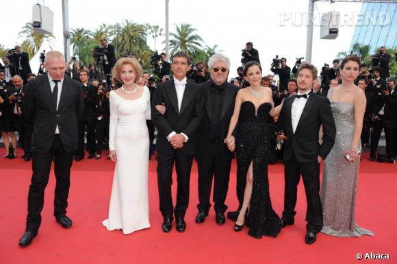 """Invité surprise, Jean-Paul Gaultier prend la pose avec l'équipe du film """"La Piel que Habito""""."""