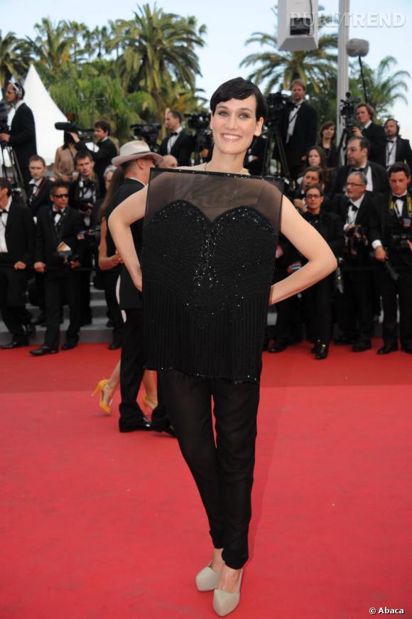 Clotilde Hesme mise sur une robe concept.