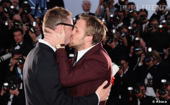 """L'insolite de la cérémonie de clôture : le baiser de Ryan Gosling pour Nicolas Winding Refn qui a reçu le Prix de la mise en scène pour """"Drive""""."""