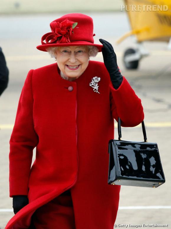"""La monarque nous joue un remake du """"Petit Chaperon Rouge"""". Le chapeau fleuri en surplus."""