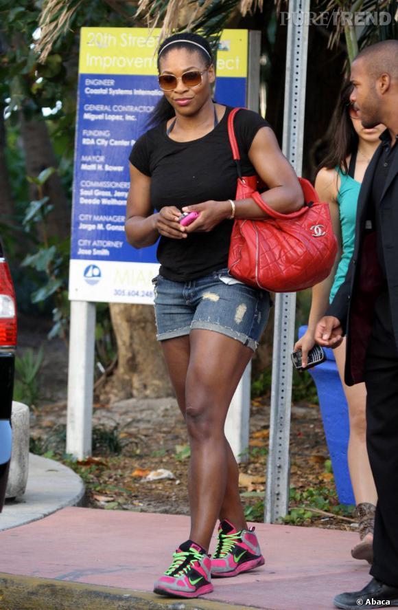 Serena Williams n'a toujours pas compris que le mini-short mettait en valeur tous les défauts de musculature, y compris les cuisses... gonflées à bloc ?