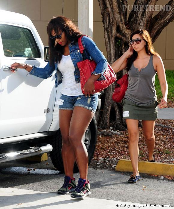Pour équilibrer son mini-short, elle couvre ses épaules d'une légère veste en jean.