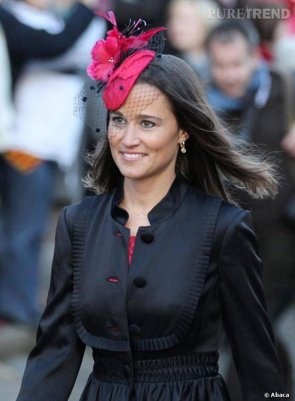 Indispensable n°1 : le bibi. Mieux que le Prix de Diane, les garden parties à la cour et dans le milieu huppé londonien sont l'occasion pour Pippa de sortir la tête couverte de plumes, fleurs et voilettes.