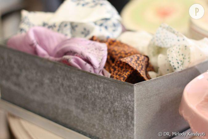 vielle bo te en fer remplie de foulards vintage en soie. Black Bedroom Furniture Sets. Home Design Ideas
