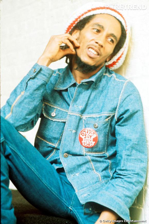 Bob Marley, toujours l'air légèrement ailleurs, ici tout en jean et fidèle à son bonnet de rasta.
