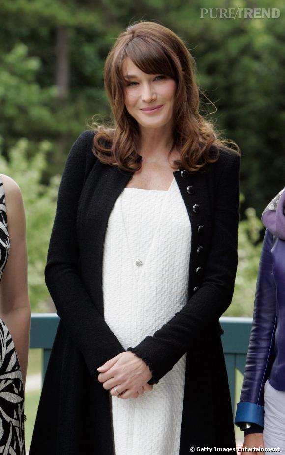 Les premières dames sont t-elles toutes mal coiffées ?  Nom : Carla Bruni-Sarkozy, seconde épouse de Nicolas Sarkozy Coiffure : la chevelure est légère et s'ondule sur les longueurs. Une frange habille le visage. La coupe est moderne.