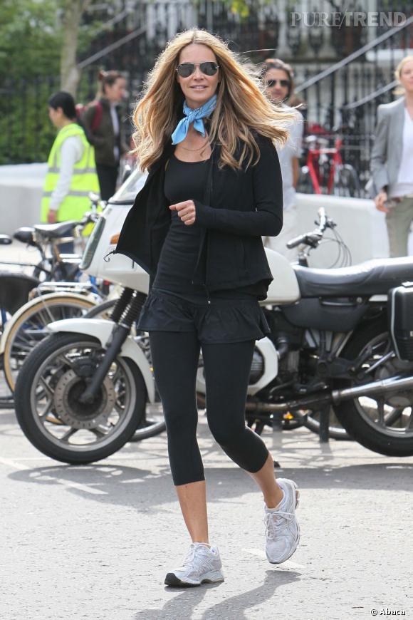 Aperçue dans les rues de Londres, Elle Macpherson trouve le moyen d'être ultra chic en tenue de sport.