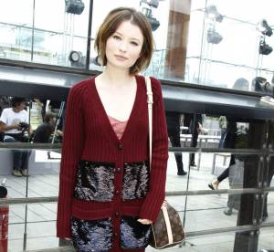 Emily Browning mise sur la robe-pull