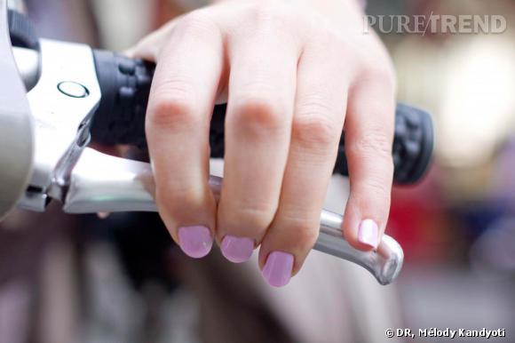09h00 : Départ en Velib'  L'occasion de tester un premier vernis couleur lavande, parfaitement assorti... aux freins.