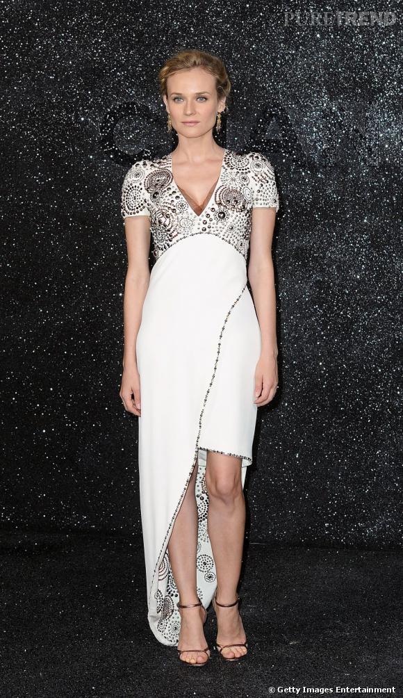 L'asymétrie de la robe apporte une touche branchée au modèle, tout en préservant son côté classique.