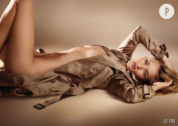 """Rosie Huntington-Whiteley pour """"Burberry Body Fragrance""""."""