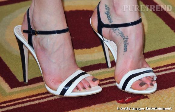 Celui de Lily Cole est un des plus massifs. Il suit la courbe étrange de son pied.