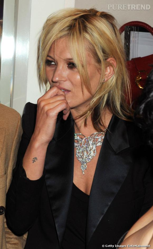 La tendance est approuvée par la Brindille. Elle porte une ancre marine à son poignet droit et un petit coeur sur l'autre main. Des tatouages discrets, en même temps on l'imaginait mal porter un dauphin dans le bas du dos.