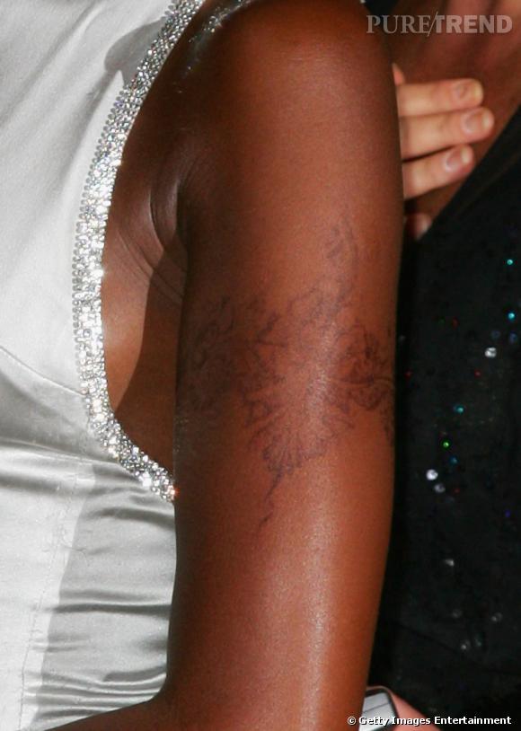 Naomi Campbell n'hésite pas à être ringarde avec ce tatouage floral plus que douteux.