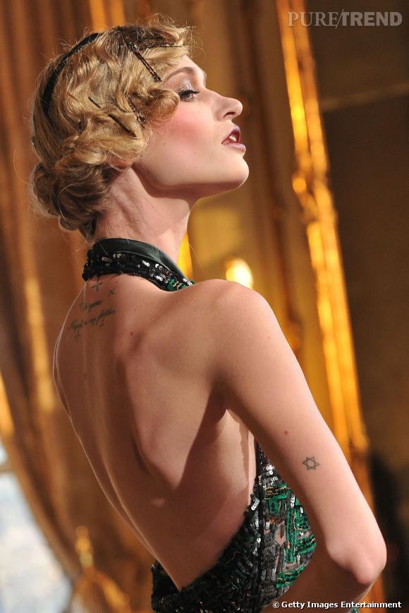 Au défilé Galliano, Viviane Orth arbore une étoile de David sur le bras.