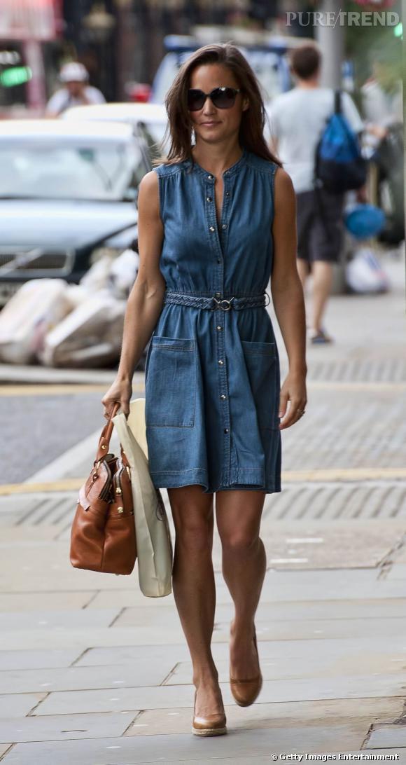 Moderne, Pippa s'affiche en robe en jean Whistles et une paire de compensées semelles corde.