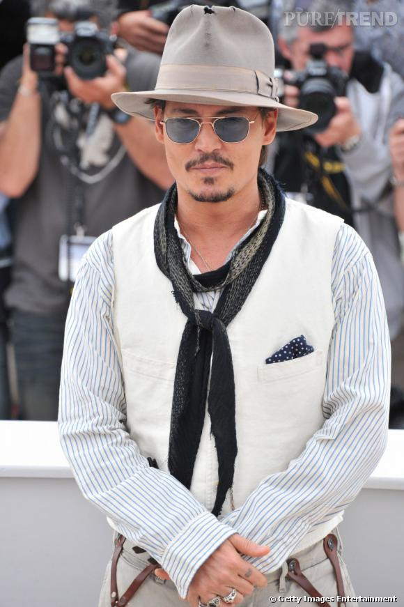 2nd du classement :   Johnny Depp, un bohémien au chapeau troué et aux lunettes teintées en plein red carpet du Festival de Cannes.