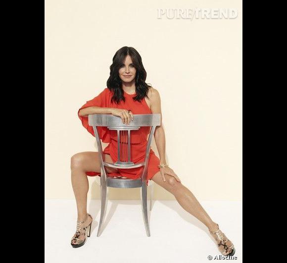 """Courteney Cox, une quadragénaire sexy qui enflamme la série """"Cougar Town""""."""