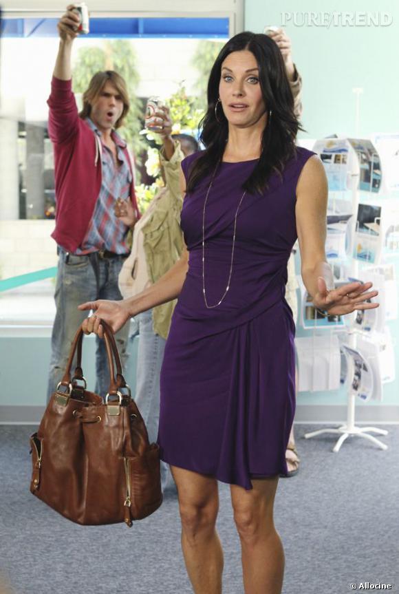 Robe portefeuille violette, sac en cuir couture : Jules Cobb est une cougar au style détonnant.