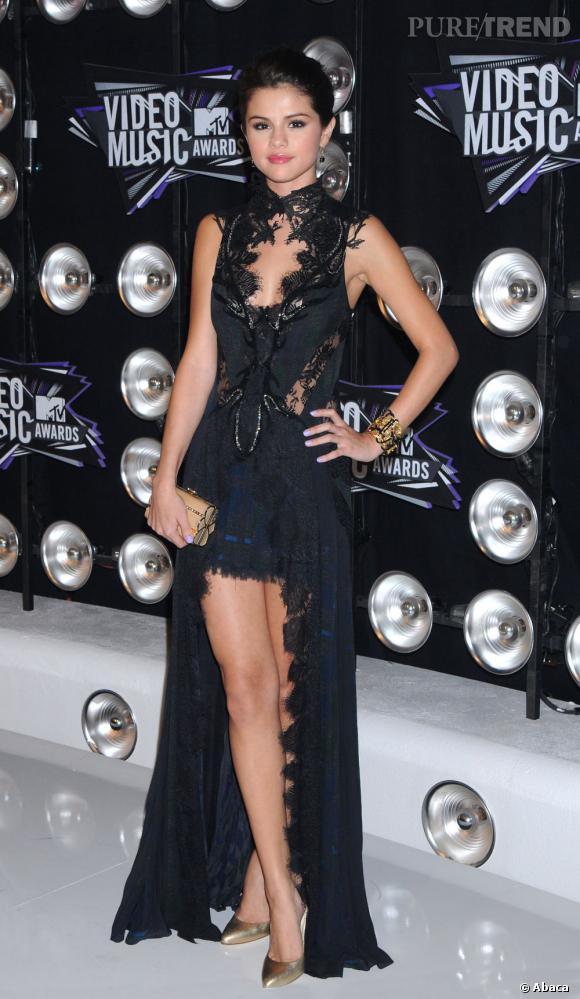 La jeune femme mise sur une robe Julien Macdonald Automne-Hiver 2011/2012 qui mêle avec audace imprimé tartan et dentelle noire.